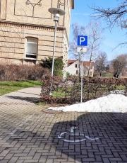 Parkplatz-in-der-Schulhof-Zufahrt-1