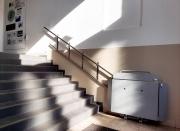 Treppenlift-zum-Erdgeschoss-des-Altgebaeudes-1